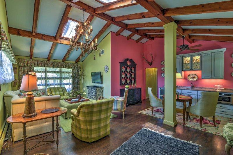Disfrute de un retiro romántico en esta cabaña de alquiler vacacional de 2 dormitorios y 1 baño.