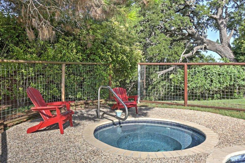 Circondato da 37 acri di Texas Hill Country, questo cottage dispone di spazio per dormire per 3, ottime strutture di comunità, e tutto il necessario per trascorrere al meglio la serenità totale.