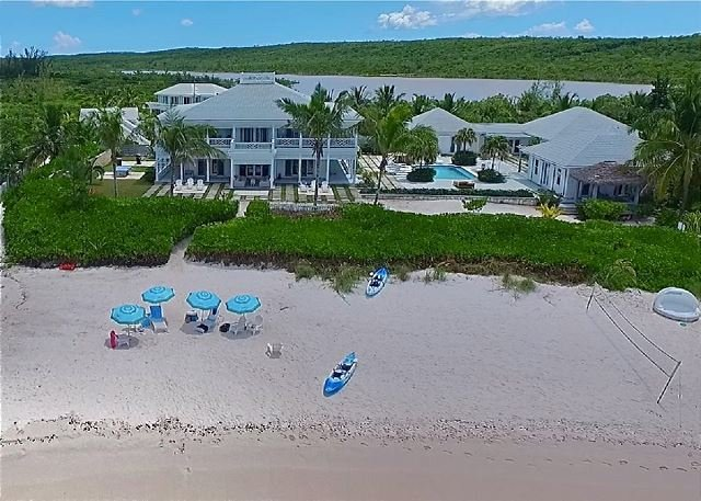 Magnificent 9-Bedroom Beachfront Compound w/ Private Pool French Leave Beach, casa vacanza a Governor's Harbour