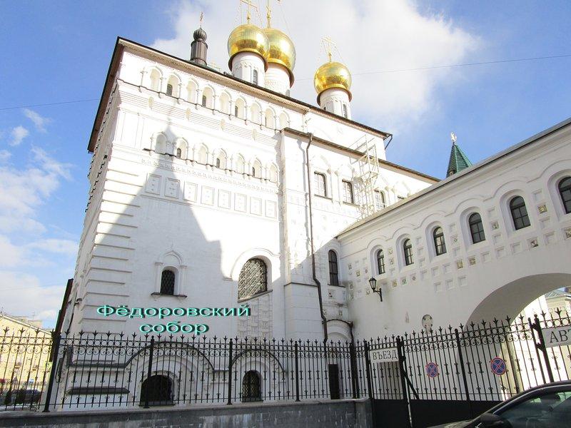 Храм, расположен в шаговой доступности.Прилегающая территория
