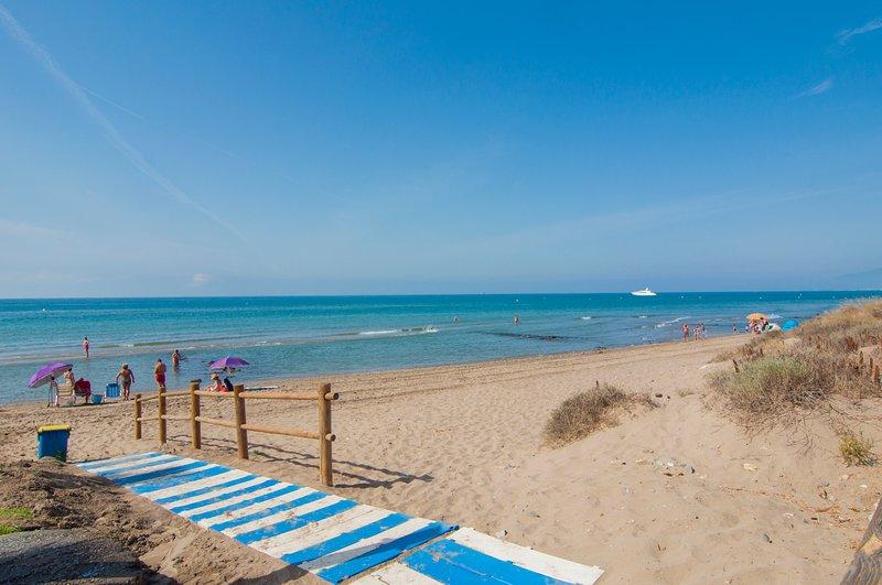 Frontline beach apartment in Marbella. Hacienda Playa 2.  Elviria. Great views!!, casa vacanza a Elviria
