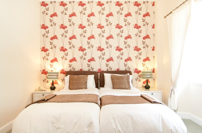 Large Twin/Double En-suite Room - Poppy Room 4, holiday rental in Bathgate