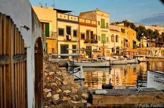 La casa está ubicada en el casco antiguo del puerto. La casa está en la zona vieja del puerto.