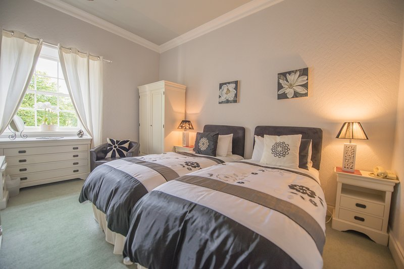 Twin/Double En-suite Room - Orchid Room 3, holiday rental in Bathgate