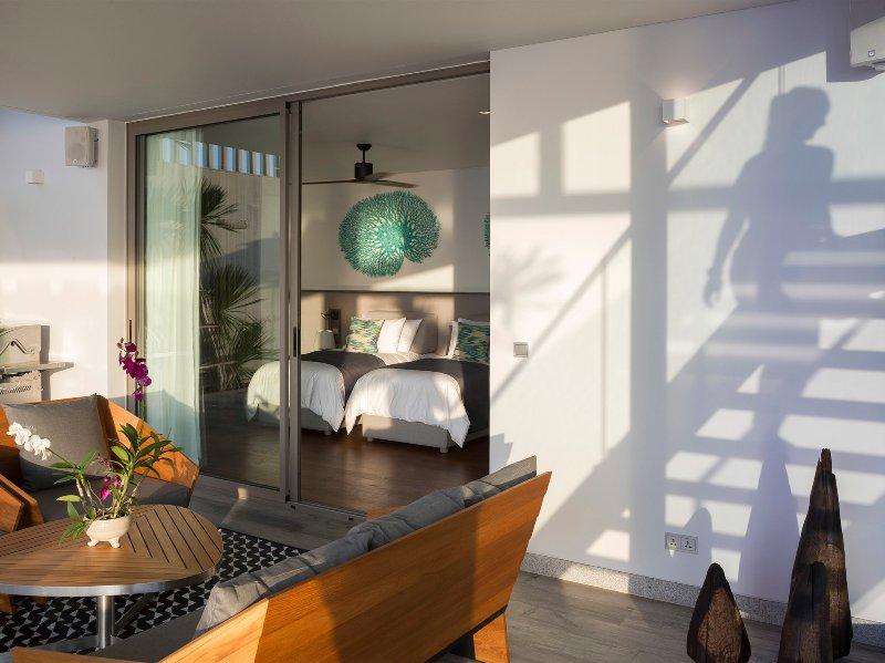 Malaiwana Duplex - Twin bedroom and outside living area