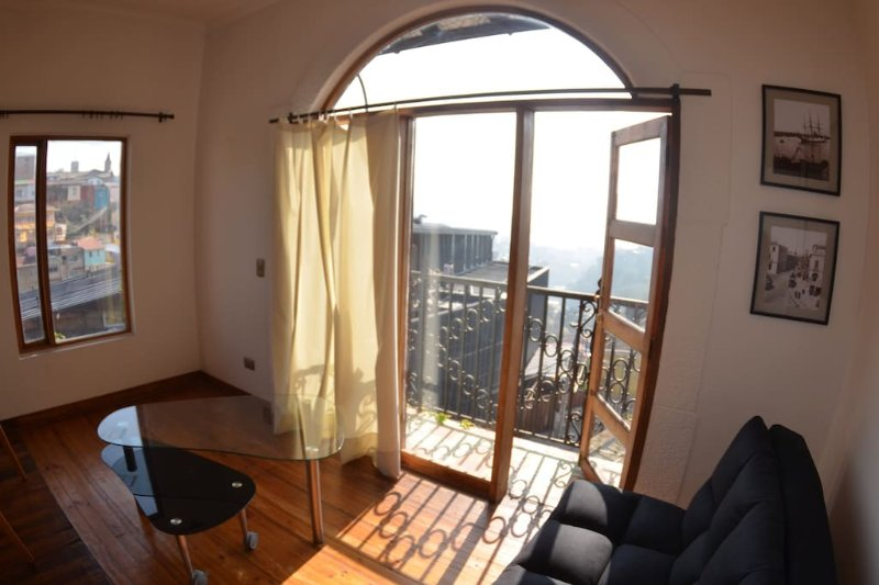 Charming Flat in Renovated house Cerro Alegre, holiday rental in Valparaiso