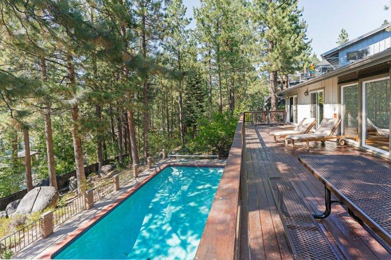 Mirando desde la cubierta superior sobre la piscina privada y magníficas vistas de South Lake Tahoe