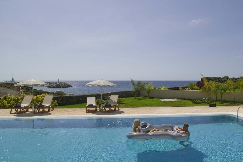 3-bedroom Beachfront Villa with private pool right on the Golf Course, aluguéis de temporada em Golf del Sur