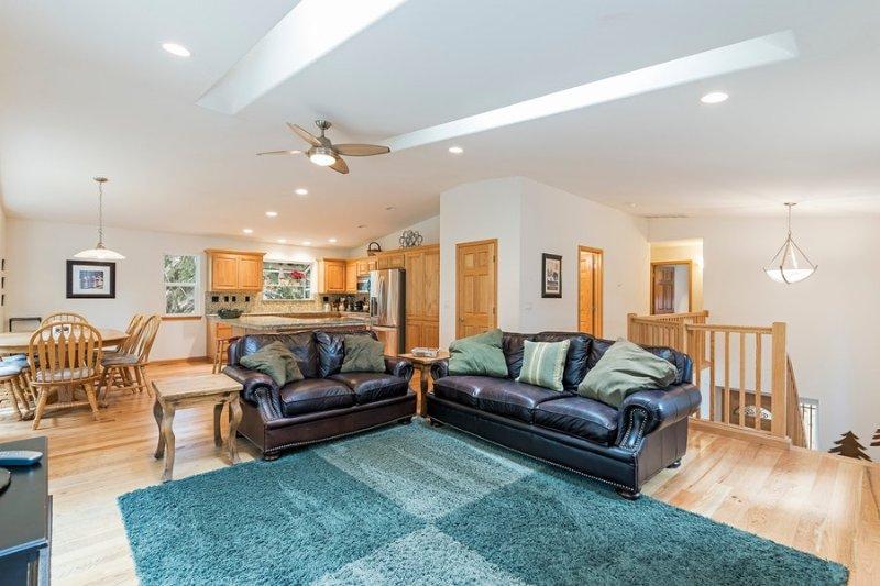 sala de estar, cocina, y mesa de comedor