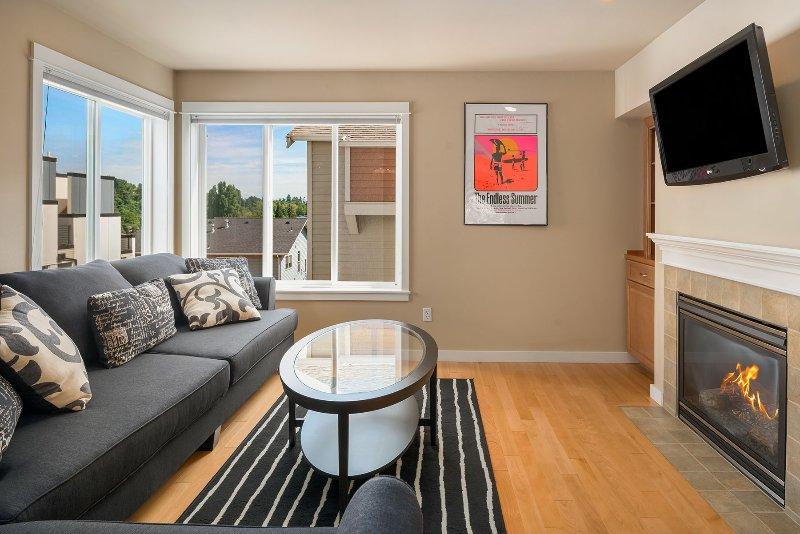 La sala de estar es un gran lugar para relajarse en grupo, disfrutando del paquete de programación de cable robusto (HBO, etc.)