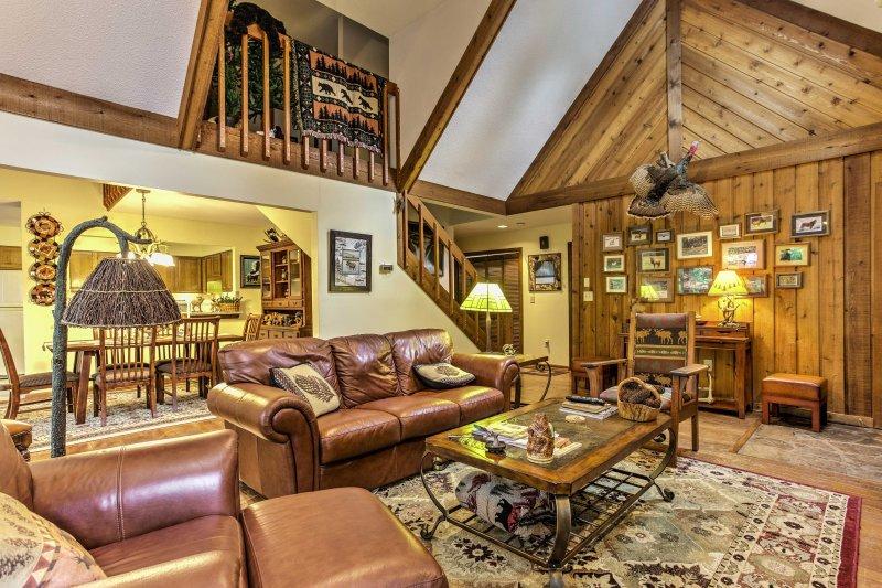 Plafonds met houten wanden en gewelfde plafonds benadrukken de woonkamer.