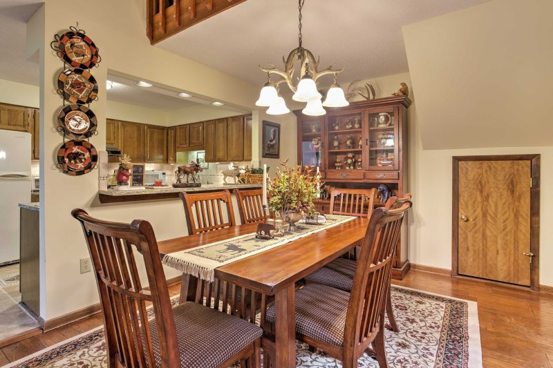 Bijpraten met vrienden en familie tijdens een diner op een huis gekookte maaltijd in dit elegante eettafel.