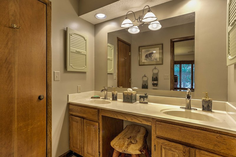 Deze en-suite badkamer voorzien van een douche / bad combo.
