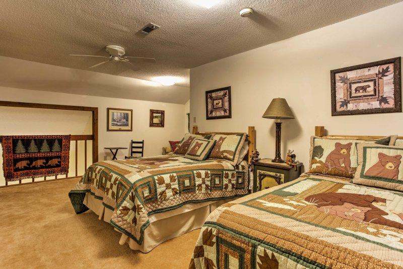 Verspreid in de ruime derde slaapkamer met 2 full-size bedden en een volledige slaapbank.