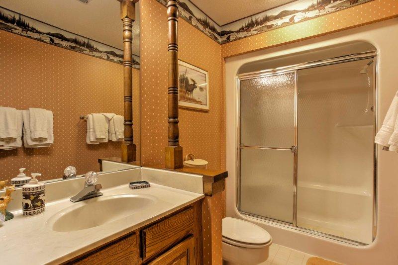 De derde badkamer heeft ook een douche / bad combo.