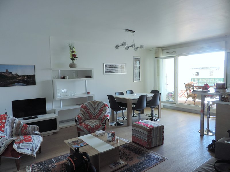 APPT 69M2,4/6P, TERRASSE,WIFI ET PARKING privatif,10mn à pied centre, vacation rental in Biarritz