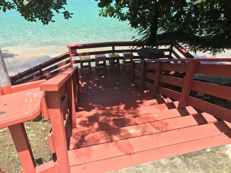 Lagere Dock met stoelen voor zonsondergang te bekijken