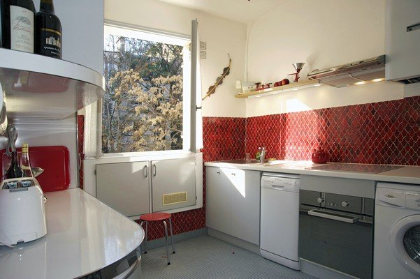 Cuisine toute équipée (four, plaques induction, lave vaisselle, lave linge, réfrigérateur etc..)