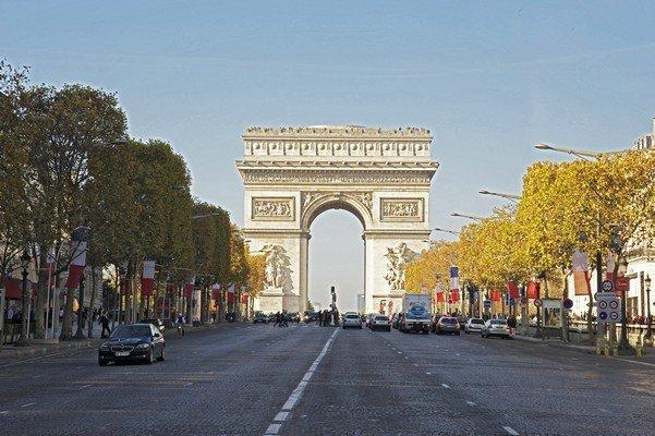 Place de l'Etoile / Arc de Triomphe situé à 300 Mètres