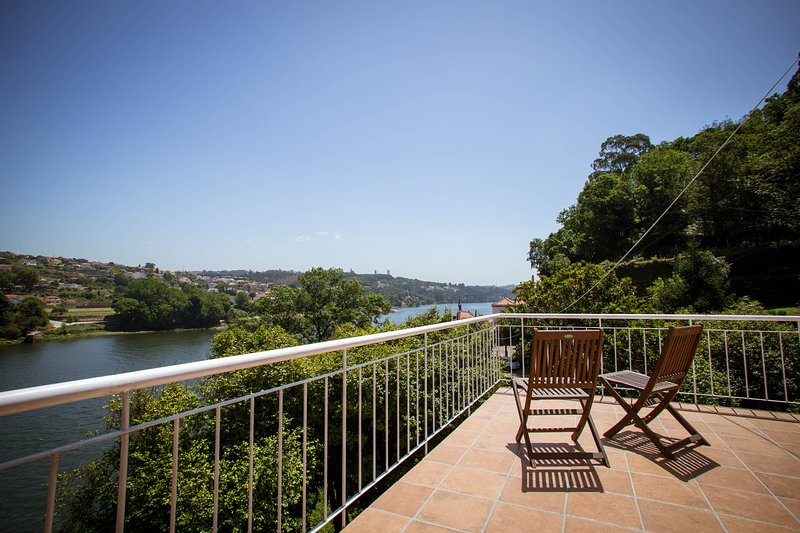 Peacefull Country Home, on Douro´s riverside, W/ Pool, near Porto, holiday rental in Recarei