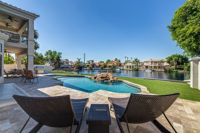 HUGE Luxury Waterfront Home w/ THEATER, GAME ROOM & SPARKLING POOL, location de vacances à Gilbert