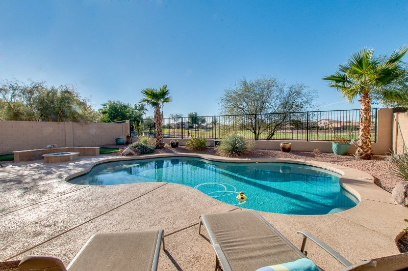 Sparkling Heated Pool with Golf Views in Johnson Ranch, Spring Training Gem., location de vacances à San Tan Valley