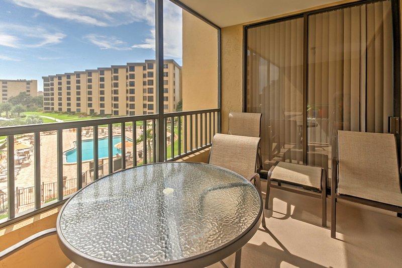 Kijk prachtige zonsondergangen vanaf de gescreende-in patio tijdens uw verblijf in dit vakantiehuis condo in Siesta Key!
