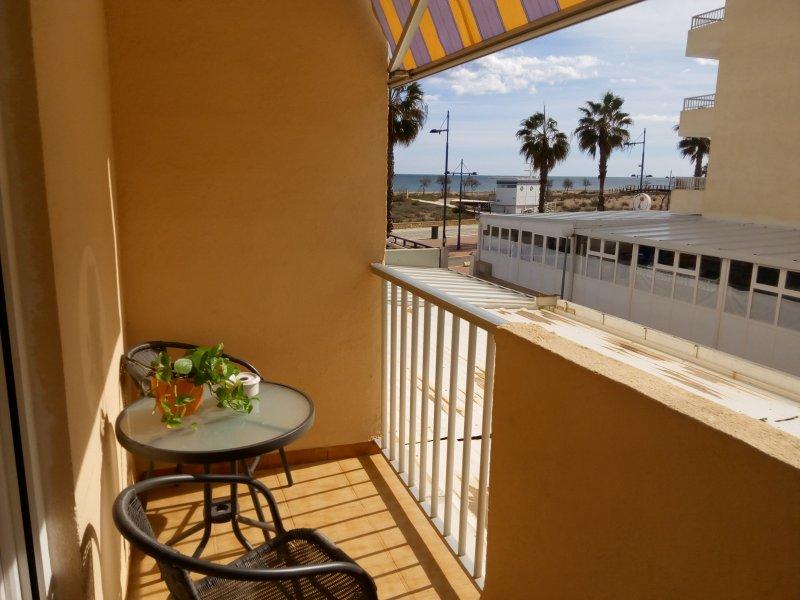 terraza con vistas al paseo y playa norte. Armario para accesorios de limpieza y almacenaje...