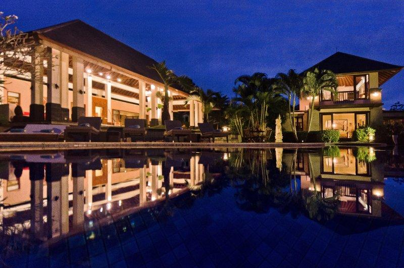 de Villa Menari Bali piscina y pabellones Salsa (izquierda) y en la noche Lambada