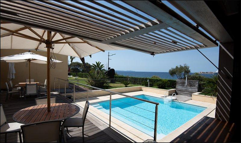 Piscina y terraza para cocina de verano