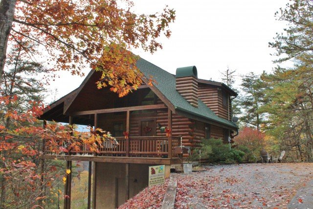 Lovely mountain cabin in fall with easy access from Pigeon Forge 3 miles away