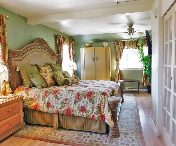 Large Victorian King Bedroom Suite, Relax, Flat Screen TV, Jetted Tub, Views of Mountain