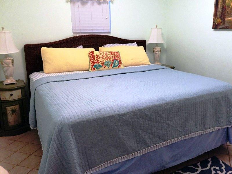 California King bed in Master. Nieuwe Tommy Bahama bed set niet getoond. Premium Traagschuim / Gel matras!