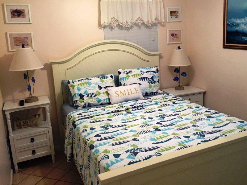 queen memory foam bed in de 2e bedrm! Flat screen TV met ingebouwde DVD! Hand Geschilderd mahonie kast.
