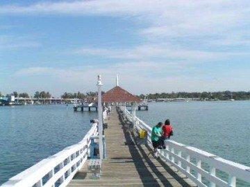 Gemakkelijk te lopen naar het nabijgelegen Bridge st pier. Geniet van de dag of nacht onder water verlichte vissteiger Bait verkoop.
