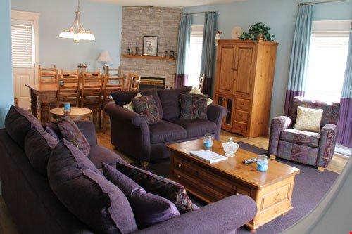 Relájese y descanse en la amplia sala de estar y descanse en uno de los lujosos sofás después de un día en la montaña.