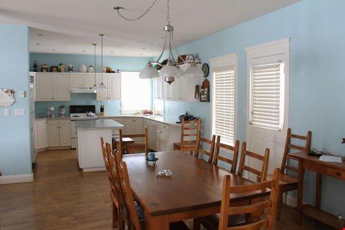 Prepare comidas en la cocina totalmente equipada y disfrútelas juntas en la mesa del comedor con amplios asientos para todos.