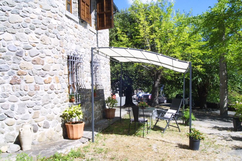 Cute stone cottage - Ideal for touring north Tuscany & Cinque Terre!, holiday rental in Soliera Apuana