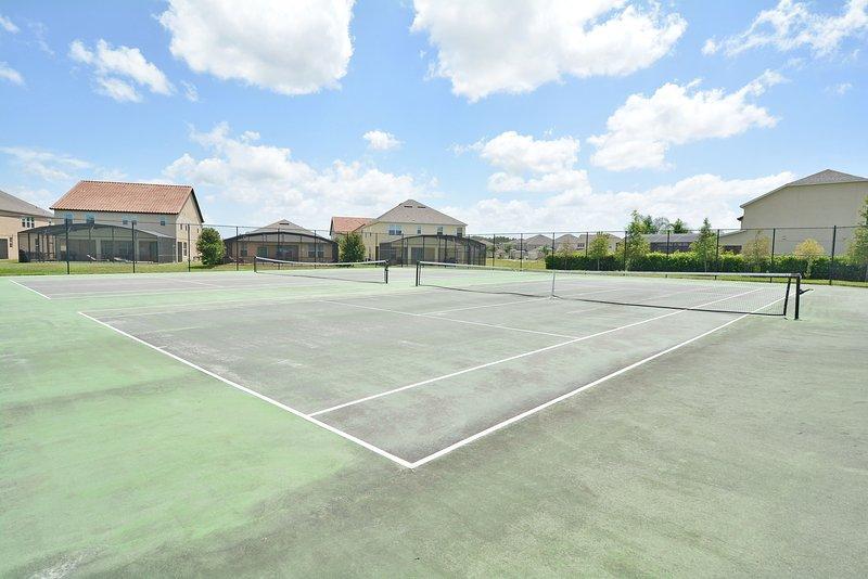 Einrichtungen vor Ort: - Tennisplätze