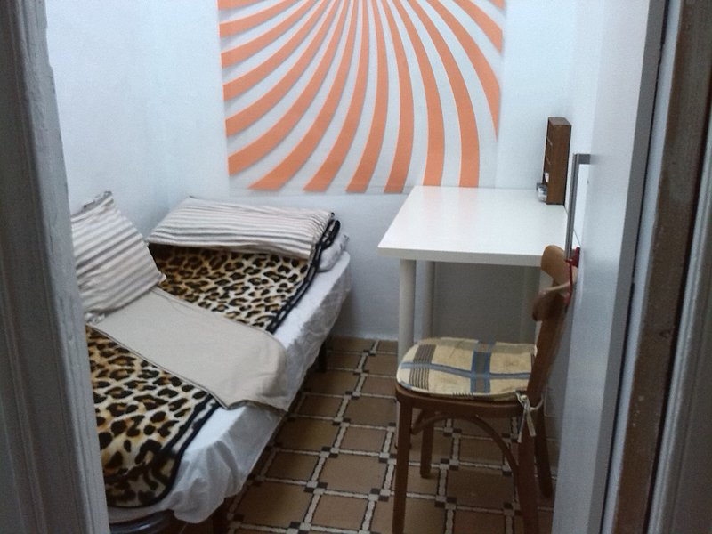 A SMALL ROOM FOR SINGLES, SHARED WITH A FRIENDLY AND HOSPITABLE FAMILY, vacation rental in Barcelona