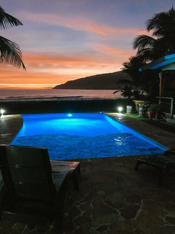 Ahhh, un autre magnifique coucher de soleil ici AT TAHITI BEACH SURF