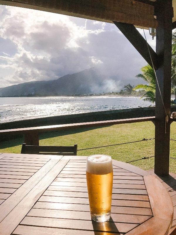 Profitez d'un un froid pendant que vous êtes assis là à regarder l'océan, le surf et les surfeurs. C'est la vie.
