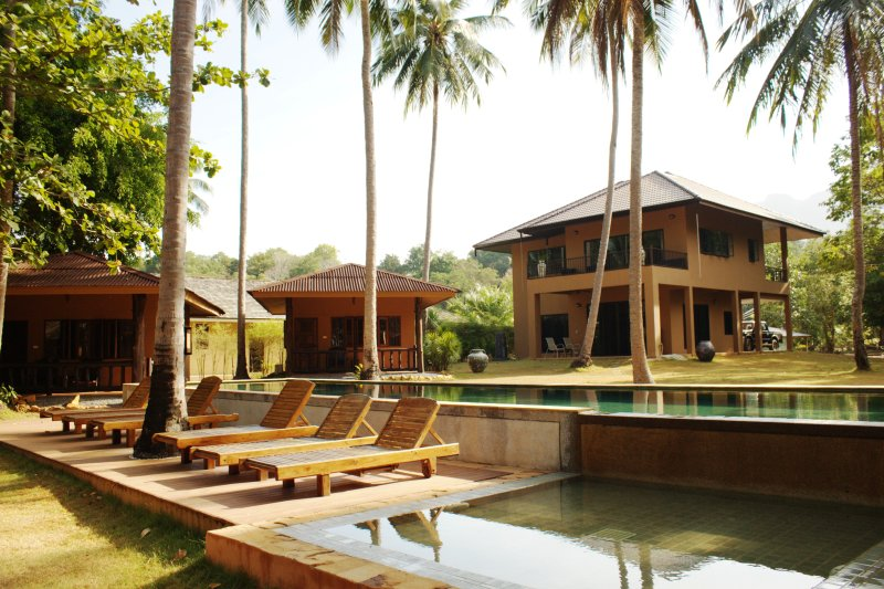 Melina's Monkey House and Whale Bar, holiday rental in Krabi Town