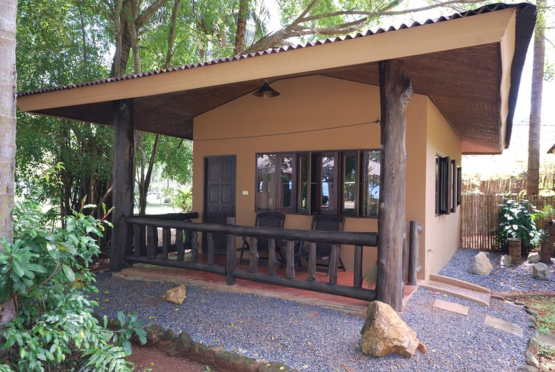 Melina's Beachfront Bungalow 1, holiday rental in Khao Thong