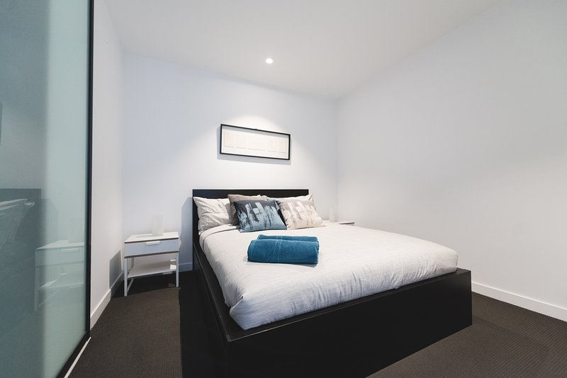Un dormitorio con una cama de matrimonio y almohadas de lujo.