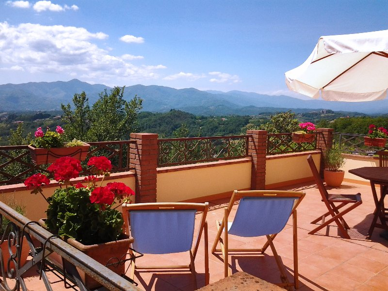 Ideal for couples, Romantic room & panoramic terrace .. close to 5 Terre, holiday rental in Soliera Apuana