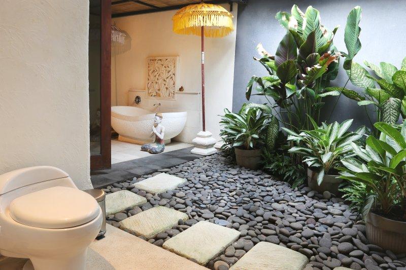 Jardin entre baignoire et salle de bains.