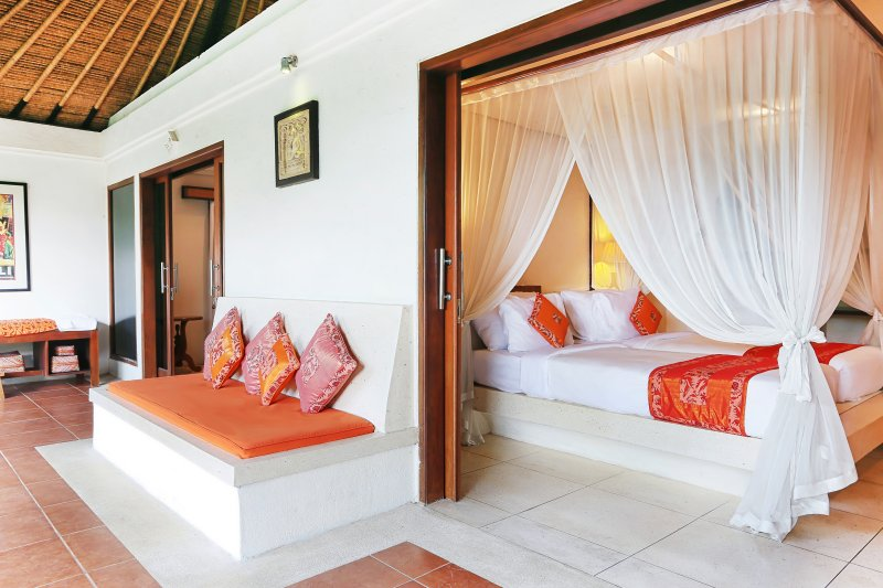Bali Akasa Villa 4 chambres principales ouvrent sur la véranda longue fraîche.