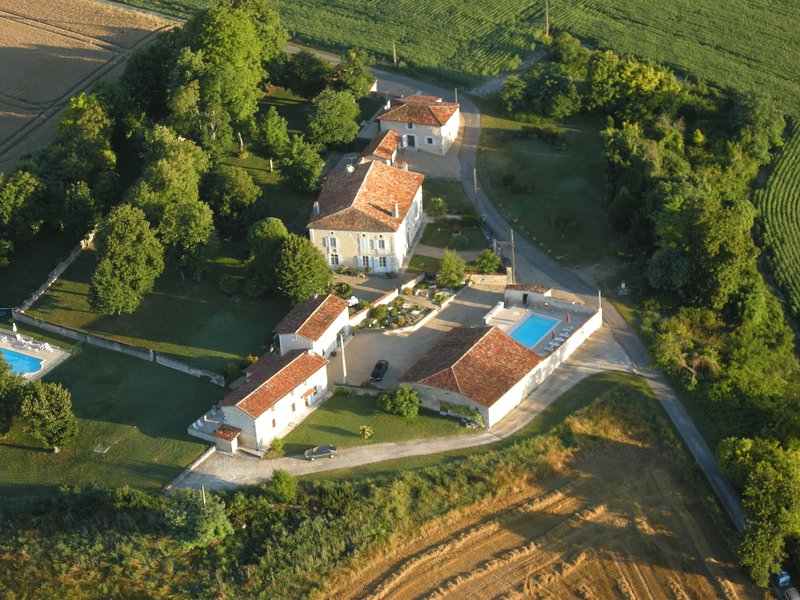 L'Anglade, an ensemble of three houses ideal for groups of up to 20 people, casa vacanza a Montmoreau-Saint-Cybard