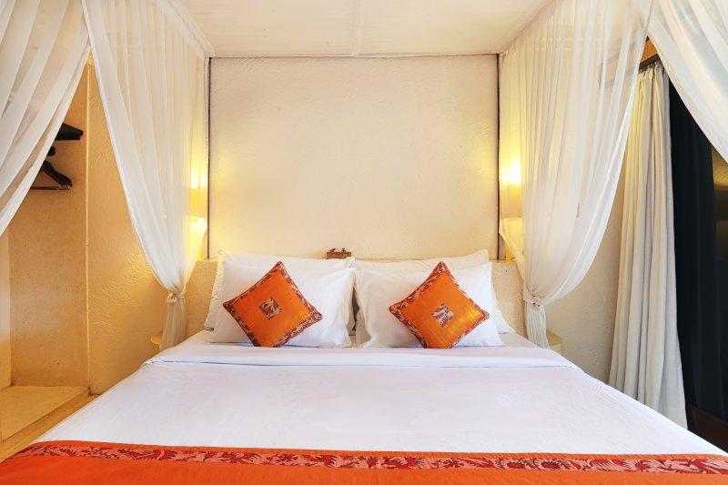 Chambre 3 ensemble dans le lit double.